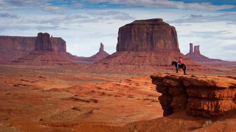 Cavalier surplombant Monument Valley