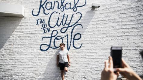 Pose devant une fresque à Kansas City, Missouri