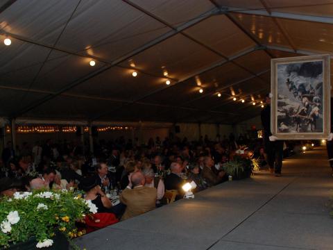 Les œuvres d'art défilent sur le podium lors de l'expo-vente Buffalo Bill Art Show & Sale