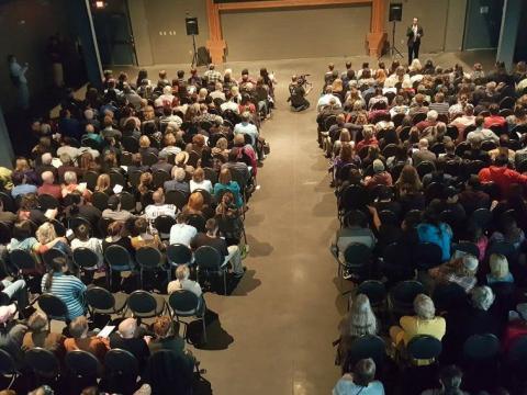 Spectateurs venus assister à la projection d'un film au Duluth Superior Film Festival