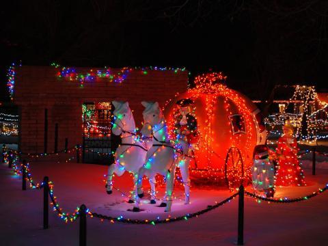 Illuminations féeriques pour les fêtes au parc thématique pour enfants de Storybook Island