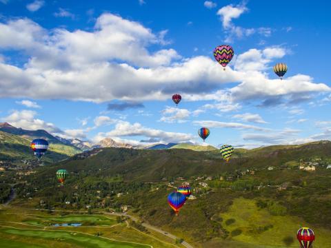 Ballet aérien et coloré lors du festival de montgolfières Snowmass Balloon Festival