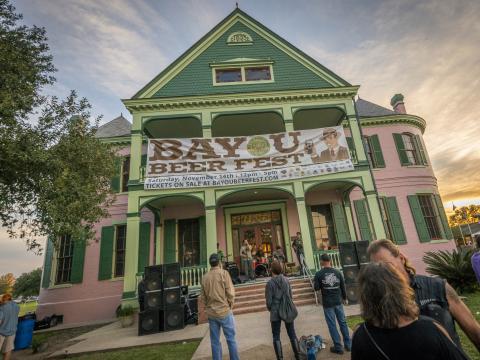 Musique sur la galerie d'une maison pendant le Bayou Beer Fest