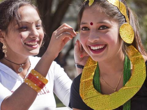 Jeunes femmes souriantes au festival folklorique Tucson Meet Yourself
