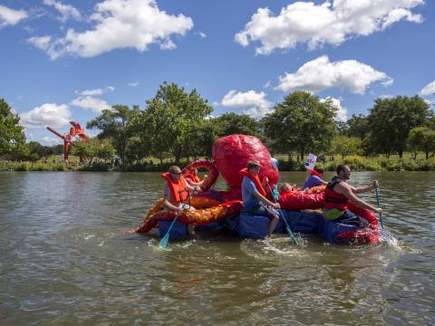 Pieuvre gonflable en guise d'embarcation lors de la course Rock River Anything That Floats