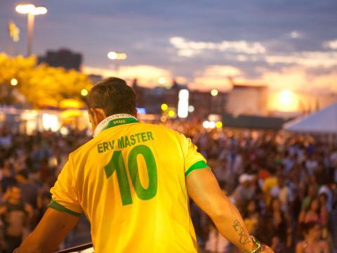 Au-dessus de la foule réunie à l'occasion de la journée brésilienne
