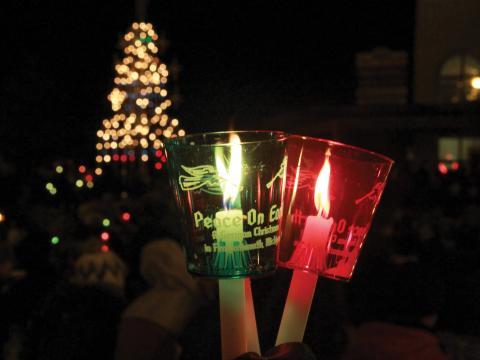 Marche aux bougies pour célébrer les fêtes de fin d'année