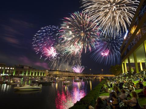 Éblouissant feu d'artifice du Jour de l'Indépendance