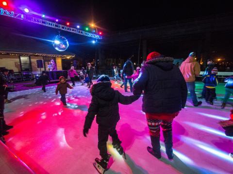 Les boules à facettes de Stroll on State illuminent la patinoire