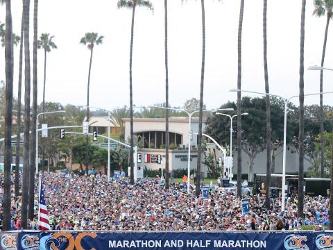 Coureurs sur la ligne de départ du marathon d'Orange County