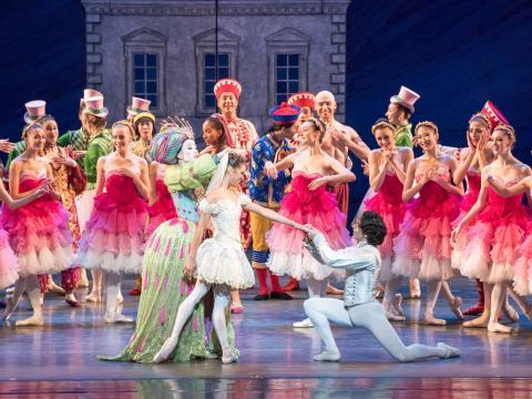 Une scène enjouée du ballet Casse-Noisette