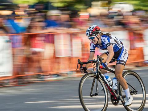 Les spectateurs encouragent les cyclistes lors du Twilight Criterium