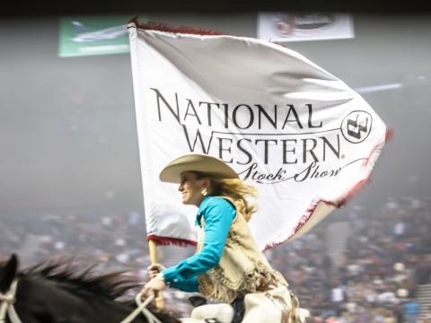 Cavalière brandissant la bannière du National Western Stock Show & Rodeo de Denver
