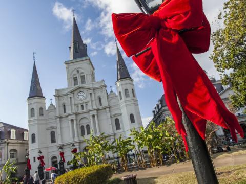St. Louis et Jackson Square décorés de jolis nœuds rouges pour les fêtes