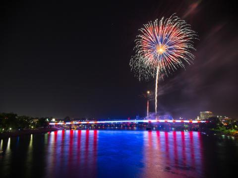Feux d'artifice aux couleurs du drapeau américain à l'événement Pops on the River