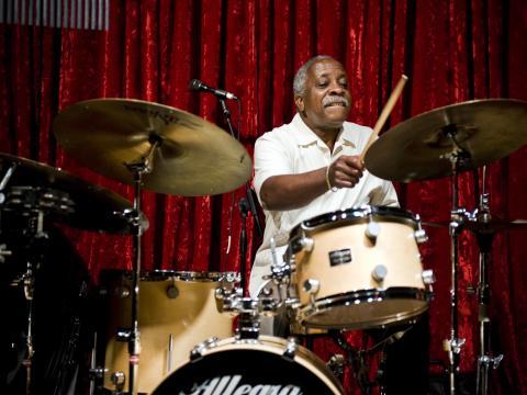 Batteur qui joue au Festival de jazz de Portland