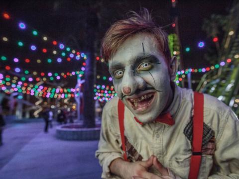 Personnage costumé à l'occasion des nuits de l'horreur du parc thématique Knott's Scary Farm