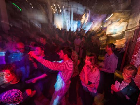 Une soirée festive qui célèbre l'art local, la musique et bien plus à Terrain