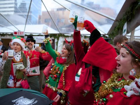 Toast en tenue de fête au Holiday Ale Festival de Portland, un festival célébrant la bière ale