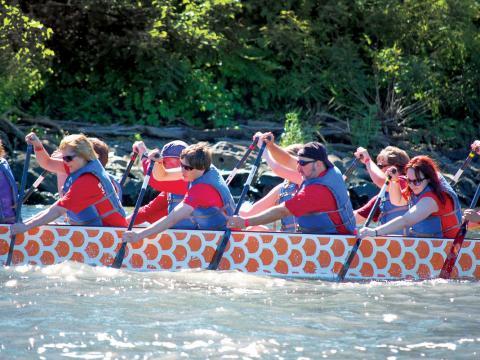 Travail en équipe lors de la course de bateaux-dragons