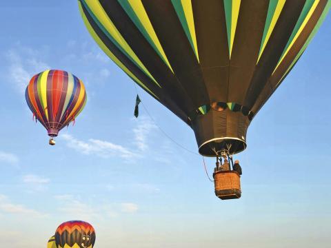 Montgolfières prenant de la hauteur au Hot Air Balloon Festival