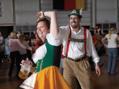 Danse en tenues traditionnelles allemandes pour l'Oktoberfest