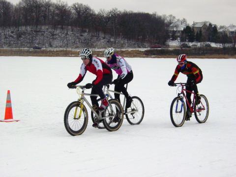 Course de vélo sur neige pendant la fête d'hiver