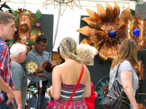 Passants qui admirent les stands d'art du June Jubilee