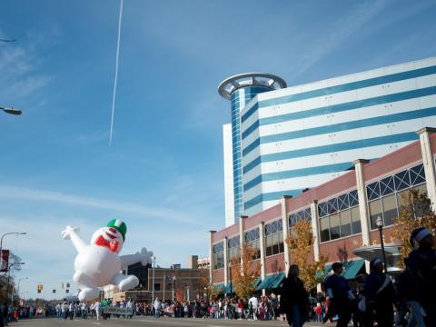 Le défilé du temps des Fêtes mené par un joyeux bonhomme de neige