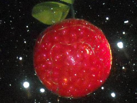 La CherryT Ball, une boule en forme de cerise qui est «lâchée» au-dessus de la foule à TraverseCity le soir du 31décembre