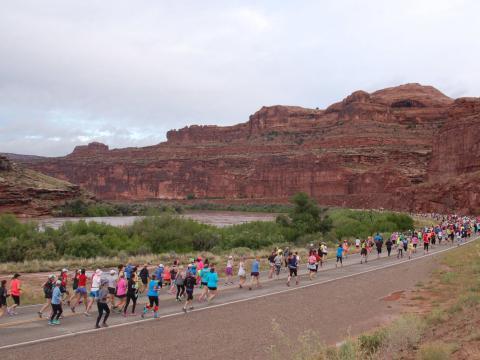 Participants en plein effort lors du demi-marathon Thelma & Louise