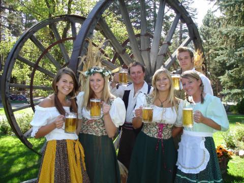 Bières et sourires à l'Oktoberfest de Camp Richardson