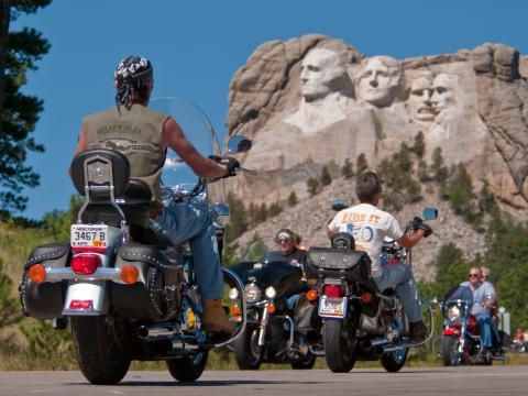 Les motards du Sturgis Motorcycle Rally sillonnent la route sous le regard d'anciens présidents