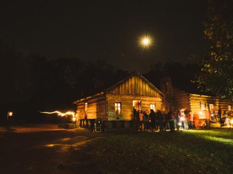 Visite du site historique Lincoln's New Salem à la lueur d'une lanterne. Frissons garantis!