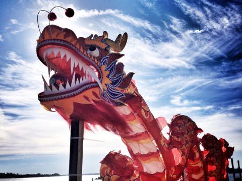 Un dragon coloré tutoyant les cieux pendant le Dragon Boat Festival