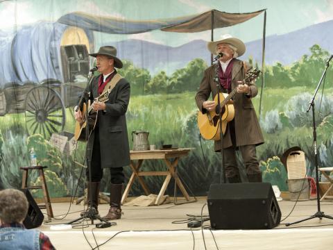 Deux chanteurs se produisant sur scène au Cache Valley Cowboy Rendezvous
