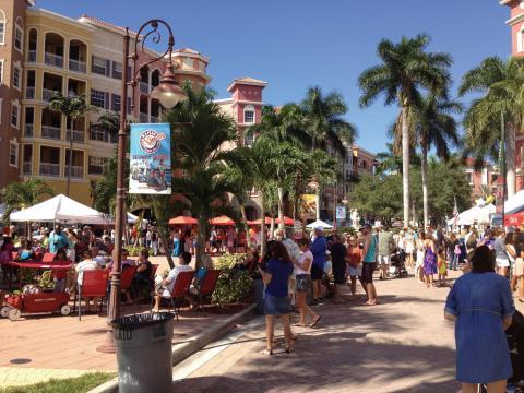 Foule rassemblée pour le Stone Crab Festival de Naples, Floride