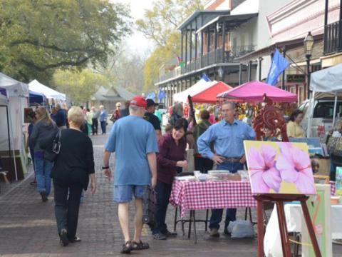 Shopping d'objets et œuvres d'art uniques issus du cru lors de l'événement Sale on the Trail