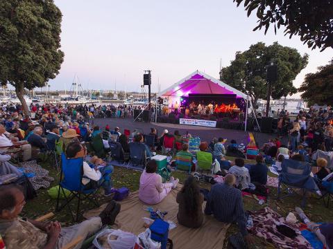 Public assistant à un concert en plein air dans le cadre de la série de concerts estivale de Marina delRey