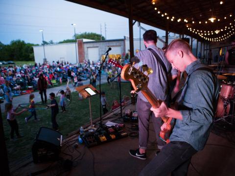 Un groupe donnant un concert lors de l'événement Lowe Mill ARTS & Entertainment Concerts on the Dock