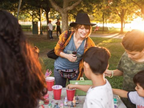 Enfants créant des objets d'art et d'artisanat pendant la semaine Stockton Arts Week, en Californie