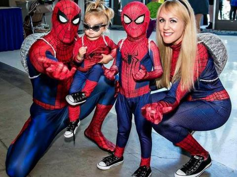 Des fans de Spider-Man au salon StocktonCon de Stockton, Californie