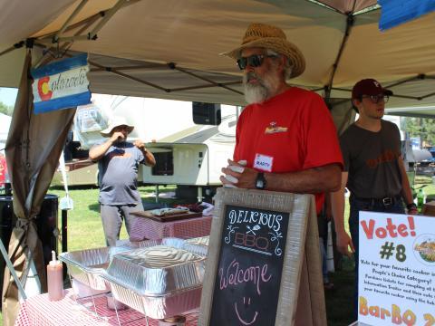 Un vendeur de barbecue participant à la compétition Beat the Heat BBQ, Brews & Chili à Alamosa, Colorado