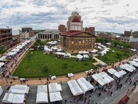 Vue aérienne de la foire artistique Springfield Old Capitol Art Fair, dans l'Illinois