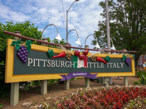 Un panneau de bienvenue à Little Italy, le quartier italien de Pittsburgh