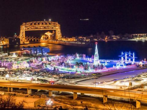 Vue aérienne du Tour of Lights de Bentleyville pendant les fêtes de fin d'année à Duluth, dans le Minnesota