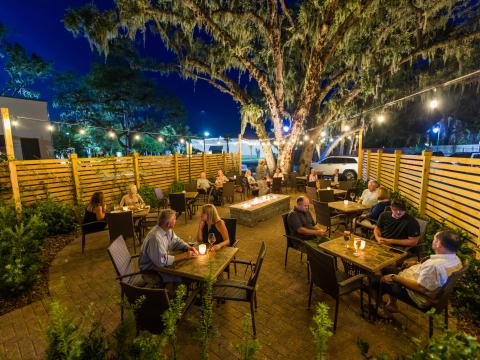 Dîner en terrasse au restaurant Lagniappe d'Amelia Island, en Floride