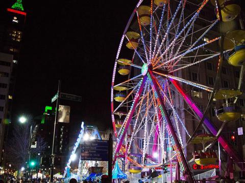 Une grande roue dans le centre-ville de Raleigh pendant le festival First Night Raleigh