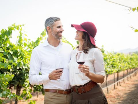 Couple en pleine séance de dégustation de vins dans un vignoble de Temecula Valley, en Californie